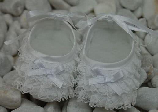 Zapatitos con puntillas para bautizo, beige o blanco.
